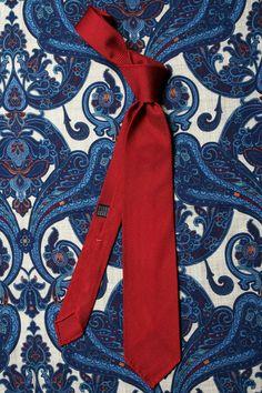 c0054ce5d720 Cravate en grenadine de soie rouge à sept plis sur foulard à motif cachemire