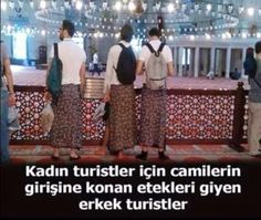 Kadın turistler için camilerin girişine konan etekleri giyen erkek turistler…