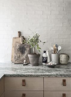 12 simple brick kitchen wall tiles inspiration for some cool looks that will make the kitchen area be neat and awesome too. Interior Desing, Scandinavian Interior Design, Scandinavian Home, Interior Modern, Minimalist Scandinavian, Gray Interior, Kitchen Interior, New Kitchen, Kitchen Dining
