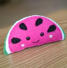 Kijk wat ik gevonden heb op Freubelweb.nl: een watermeloen broche! http://www.freubelweb.nl/freubel-zelf/zelf-maken-met-vilt-234/