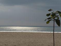 Un trozo de la playa de Kuta, solitaria, nuestra