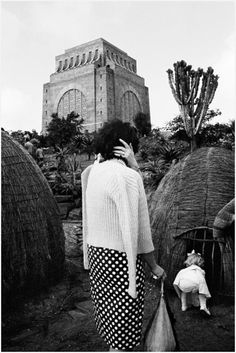 David Goldblatt – Child with a replica of a Zulu hut at the Voortrekker Monument, on the Day of the Covenant, Pretoria Dec 1963 David Goldblatt, Photo Report, Photojournalism, South Africa, Monochrome, To Go, Louvre, African, Pretoria