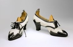 Black and white oxfords, 1920s. I love spectators, and I love high-heel oxfords, so combining the two makes me very happy indeed.