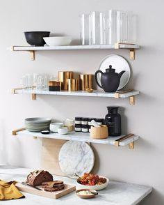 Otwarte półki zapewniają praktyczne przechowywanie w kuchni. Marmurowe dodatki…