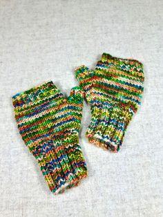 Fingerlose Handschuhe für Kleinkinder in grün und altrosa, handgefärbte Merino-Schurwolle, handgestrickt von mir, garantiert ohne Maschine. Größe: