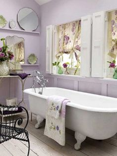 Love the romantic, feminine and vintage style of shabby chic look? Here we have some interesting shabby chic bathrooms to inspire you. Browse through all these stunning and charming ideas and get started to create your own inspirational and cozy world. Baños Shabby Chic, Cocina Shabby Chic, Shabby Chic Kitchen, Shabby Chic Homes, Shabby Chic Furniture, Shabby Vintage, Bedroom Furniture, Feminine Bathroom, Lavender Bathroom