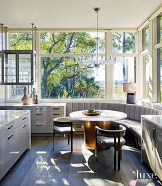 With Beth Webb at the helm of the design, an art-filled modernist getaway in South Carolina sits comfortably among its Lowcountry landscape. Farmhouse Kitchen Island, Kitchen Dining, Kitchen Pantry, Dining Rooms, Kitchen Nook, Kitchen Islands, Kitchen Ideas, Dining Table, Banquette Seating