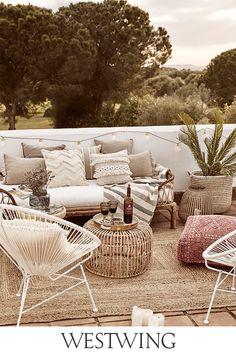 Die Temperaturen steigen, der Garten steht in voller Blüte, der Sommer ist da. Deshalb werden Balkon und Garten für Geburtstagspartys, Grillfeiern oder Sommerfeste aufgehübscht. Alles, was Ihr dafür braucht, findet Ihr jetzt auf WestwingNow unter der Kategorie Outdoor & Garten! // Interior Inspo Möbel Dekoration Wohnideen Home Einrichten #westwing #mywestwingstyle #outdoor #sommer #zuhause Decorating Your Home, Diy Home Decor, Room Decor, Homemade Lanterns, Outside Christmas Decorations, Parasol, Bohemian Living, Outdoor Furniture Sets, Gardens