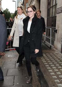 Gallery of photos showing Emma Watson styles. Emma Watson dress sense, clothes, accessories and hairstyles. Emma Watson Dress, Emma Watson Style, Emma Watson Relationship, Emma Watson Boyfriend, Tech Magazines, Simple Style, My Style, Miranda Kerr, Vivienne Westwood