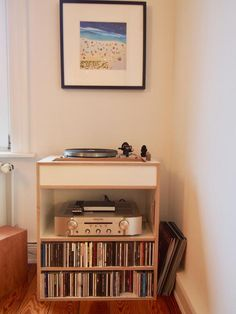 Einrichtungsdetail Ess Wohnzimmer CD Regal Mit Anlage Und Plattenspieler 3