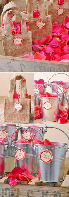 5 ideas muy sencillas para colocar los pétalos en vuestra boda: Bolsa de yute y cubos de metal