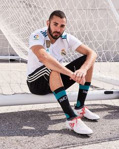 Karim Benzema Real Madrid Players, Real Madrid Football, Messi And Ronaldo, Cristiano Ronaldo, Ronaldo Free Kick, Equipe Real Madrid, Sports Mix, Sports Celebrities, Antoine Griezmann