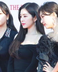 Kpop Girl Groups, Kpop Girls, Video Japanese, Redvelvet Kpop, Red Velvet Irene, Cute Beauty, Korean Celebrities, Seulgi, Latest Pics