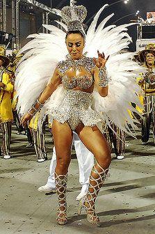 Sabrina Sato ostentou fantasia luxuosa como madrinha de bateria da Gaviões da Fiel