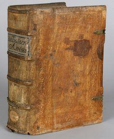 [1482-1500] Reliure en parchemin gaufré sur ais de bois. Le parchemin est bruni, constitué de filets droits et de roulettes aux motifs de vases et de fleurs imbriqués. Le dos a quatre nerfs, avec le titre et l'année d'édition. Pour qui en douterait, une note manuscrite inscrite en latin sur la page de titre assure que cette Bible est bien imprimée avant les naissances funestes de Luther et de Calvin.   Bibliothèque médiathèque Nancy, inc. 91