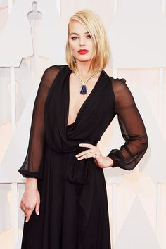 Margot Robbie makes the shoulder-grazing bob work on the Oscars red carpet.