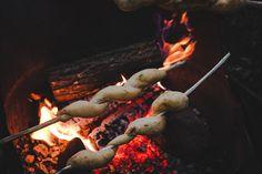 Pain à la fleur d'ail et tomates séchées cuit à la broche.  En camping ou dans la cheminée - Campfire Bread on a stick on christelleisflabbergasting.com
