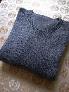 Free pattern on ravelry. Project based on Simple summer tweed top down v neck, free knitting pattern by heidi kirrmaier, project by yumiket on ravelry The original has no ribbed neckline. Mens Knit Sweater Pattern, Sweater Knitting Patterns, Knit Patterns, Free Knitting, Knitting Sweaters, Crochet Patron, Knit Or Crochet, Knitting Pullover, Ravelry