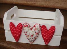 como decorar cajones los corazones romántica opción! Hobbies And Crafts, Diy And Crafts, Arts And Crafts, Wooden Crates, Wooden Boxes, Felt Crafts, Wood Crafts, Valentine Crafts, Valentines