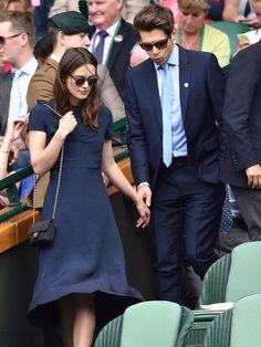 ウィンブルドン観戦デート中のキーラ・ナイトレイ&ジェイムス・ライトン夫婦をキャッチ。クラシカルなワンピースに「シャネル」のチェーンバッグを合わせたレディライクな装いのキーラ。そんな彼女をエスコートするジェイムスも、ライトブルーのシャツ&タイが爽やかなスーツスタイルがパーフェクト! 夫婦揃って上品なネイビールックがとってもお似合い。