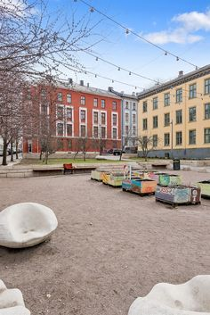 (1) FINN – GAMLEBYEN: Flott, lys og klassisk 3-roms m/soverom mot bakgård. Kjøkken fra 2008. Peisovn. God takhøyde (3 meter).
