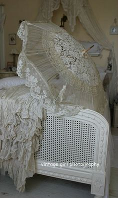 Il fascino dei merletti e ricami antichi nello Stile Shabby……. The charm of lace and ancient embroidery in the Shabby Style . Camas Shabby Chic, Muebles Shabby Chic, Estilo Shabby Chic, Shabby Chic Cottage, Shabby Chic Homes, Shabby Chic Style, Shabby Chic Decor, Cottage Bath, Pintura Shabby Chic