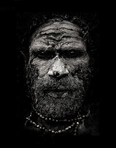 Chimbu Papuan man, covered with mud - Papua New Guinea פפואה גינאה החדשה www.papua-by-raz.co.il/papua