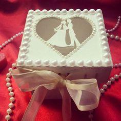 Caixa em MDF decorada com pérolas. #madrinha #lembranca #presente #casamento #noivos #lembrancaparamadrinhas #lembrancadecasamento #artesanato