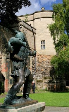 Robin Hood statue and Nottingham Castle, Nottingham, England
