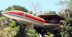 The Hotel Costa Verde - one of the most unusual hotels located in Costa Rica. The architect put an old Boeing 727 on a pedestal and combined it with the tropical jungle pedestal. The building itself and its luxurious interiors with hand-carved wooden furn Costa Rica, Airplane House, 747 Airplane, Airplane Room, Unusual Hotels, Crazy Houses, Weird Houses, Modern Houses, Boeing 727