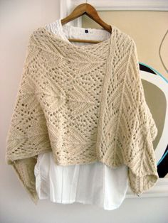 Poncho - Tejido a mano color Beige. No pattern.just ideas Knitted Cape, Knit Cowl, Crochet Poncho, Knitted Shawls, Crochet Lace, Clothing Patterns, Knitting Patterns, Crochet Patterns, Poncho Shawl