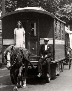 Woonwagenbewoners. In 1940 heerst in elk woonwagenkamp in Nederland grote armoede; er is een groot tekort aan voedsel en  kleding. Foto: Een stoet woonwagens vertrekt naar een nieuw kamp. De woonwagens worden door paarden getrokken.