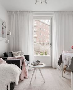 Une déco en rose et gris dans le salon | Shake My Blog Corner Deco, Gris Rose, Blog Design, Shag Rug, Curtains, Bedroom, Clem, House, Shake