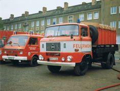 Der ehemalige Schlauchwagen IFA W50 der Berufsfeuerwehr Nordhausen bei einer Fahrzeugausstellung 1996 auf dem August-Bebel-Platz in Nordhausen (Scan)