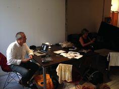 Fabrice, directeur de création #OPS2, suit attentivement le shooting de la couv du catalogue #Cedeo