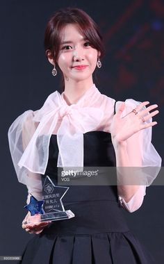 Im Yoona of South Korean girl group Girls' Generation poses with her award during CeCi Beauty Awards Ceremony on December 2016 in Shanghai, China. Korean Beauty Girls, Asian Beauty, Korean Model, Korean Singer, Girls Generation, South Korean Girls, Korean Girl Groups, Yoona Snsd, Idole