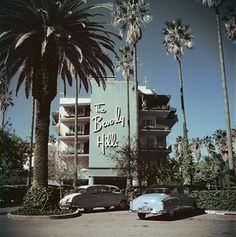 Cars parked outside the Beverly Hills Hotel on Sunset Boulevard in California, 1957.