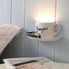 activité créative, table de chevet en bois blanc, lampe en forme de tasse de café avec mot bonjour
