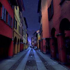 [gli amici di Iperbole fotografano] Buona serata a tutti da una delle vie più caratteristiche di #Bologna :-) instagram, foto di maraangelini733  https://instagram.com/p/2UG6pmlRQB/ #MyBologna