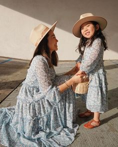 Mommy Daughter Pictures, Mother Daughter Matching Outfits, Mother Daughter Fashion, Mom Daughter, Mom Outfits, Pretty Outfits, Chic Outfits, Mommy And Me Dresses, Little Girl Dresses