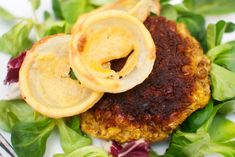 Spicy indian vegan lentil and cauliflower burgers and glutenfree onion rings #linse #blomkaal #loekring #vegetarian #indisk