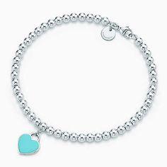 Mini placa corazón Return to Tiffany™ de plata fina en una pulsera con cuentas.