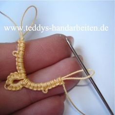 Crotat - Häkelocchi - in German - Great Pictures Needle Tatting Needle Tatting Tutorial, Needle Tatting Patterns, Knitting Patterns, Crochet Patterns, Tatting Armband, Tatting Lace, Filet Crochet, Crochet Stitches, Knitted Nurse Doll