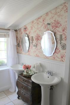 cream and rose wallpaper with lots of white beaded board - Romantiska Hem: Badrumsinspiration Romantic Bathrooms, Glamorous Bathroom, Beautiful Bathrooms, Feminine Bathroom, Shabby Chic Bathrooms, Cottage Style Bathrooms, Cottage Bath, Country Bathrooms, Cozy Cottage