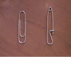 Solve minor outfit crises at your desk by bending a paperclip into a safety pin. 13 Smart Survivalist Tricks That Actually Solve Everyday Problems Survival Knife, Survival Prepping, Survival Gear, Survival Skills, Emergency Preparedness, Survival Stuff, Survival Equipment, Survival Blog, Emergency Kits