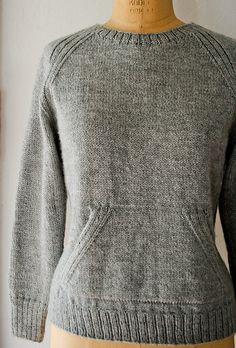 Skøn hverdagssweater a la sweatshirt. Den har en valgfri lomme på maven. Uden kommen er den ikke ret svær. Her i 100 % økologisk merinould på pinde 4 og 4½. Læs mere ...