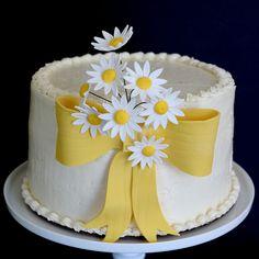 Lovely White Daisy Cake Decorating Idea With White Dasy Flowers, Yellow Ribbon, And White Pedestal Cake Fall Birthday Cakes, Birthday Cakes For Women, Daisy Cupcakes, Cupcake Cakes, Cake Decorating Techniques, Cake Decorating Tips, Baby Cake Design, Daisy Wedding Cakes, Cake Icing