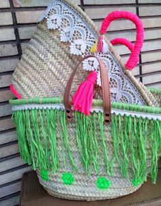 I am more than sure that all the ladies out there are always desperate to look good and stylish. And a hand bag is an essential element of an adorable lady's… Diy Straw, Bag Quotes, Ethnic Bag, Beach Basket, Straw Tote, Boho Bags, Craft Bags, Basket Bag, Summer Bags