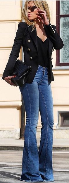 Blazer preto+ blusinha + calça jeans flare + sapato/ sandália/ bota