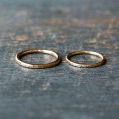Dieses wunderschöne Hochzeit Ring-Set ist die perfekte Lösung für Ihre Union zu versiegeln. Handgeschmiedet und handgefertigt vollständig aus ethisch bezogen, Recycling massiv 14k Gelbgold, ist oben auf jeder gold Ring leicht gehämmert, um schimmernde Details zu erstellen, während die